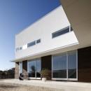 豊田市A邸~インナーテラスと吹抜けのある大判タイル貼の住宅の写真 アウトドアリビングと内部をつなげるL字形の庇