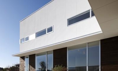 豊田市A邸~インナーテラスと吹抜けのある大判タイル貼の住宅 (アウトドアリビングと内部をつなげるL字形の庇)