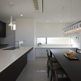 豊田市A邸~インナーテラスと吹抜けのある大判タイル貼の住宅 (造作のアイランドキッチン)