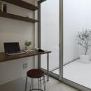 豊田市A邸~インナーテラスと吹抜けのある大判タイル貼の住宅の写真 インナーテラスに面した書斎スペース