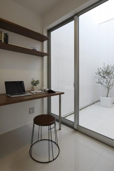 インナーテラスに面した書斎スペース (豊田市A邸~インナーテラスと吹抜けのある大判タイル貼の住宅)