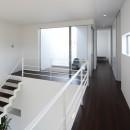 豊田市A邸~インナーテラスと吹抜けのある大判タイル貼の住宅の写真 テラスからの自然光が溢れる吹抜けスペース