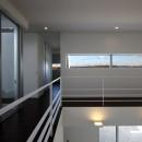 豊田市A邸~インナーテラスと吹抜けのある大判タイル貼の住宅の写真 遠くの山並みが望めるスリット窓