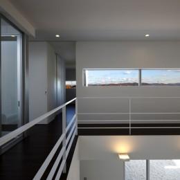 豊田市A邸~インナーテラスと吹抜けのある大判タイル貼の住宅 (遠くの山並みが望めるスリット窓)
