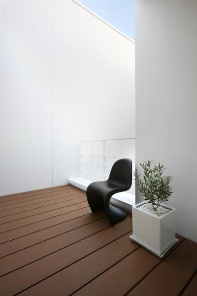 柔らかい光に包まれた2階デッキテラス (豊田市A邸~インナーテラスと吹抜けのある大判タイル貼の住宅)