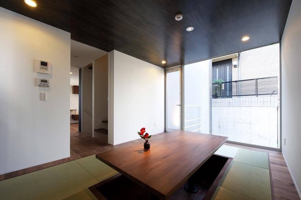名古屋市T邸~幾つもの外部空間を内包する家 (堀りコタツのある畳リビング)