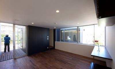名古屋市T邸~幾つもの外部空間を内包する家 (二方向に視線が抜けるリビング)