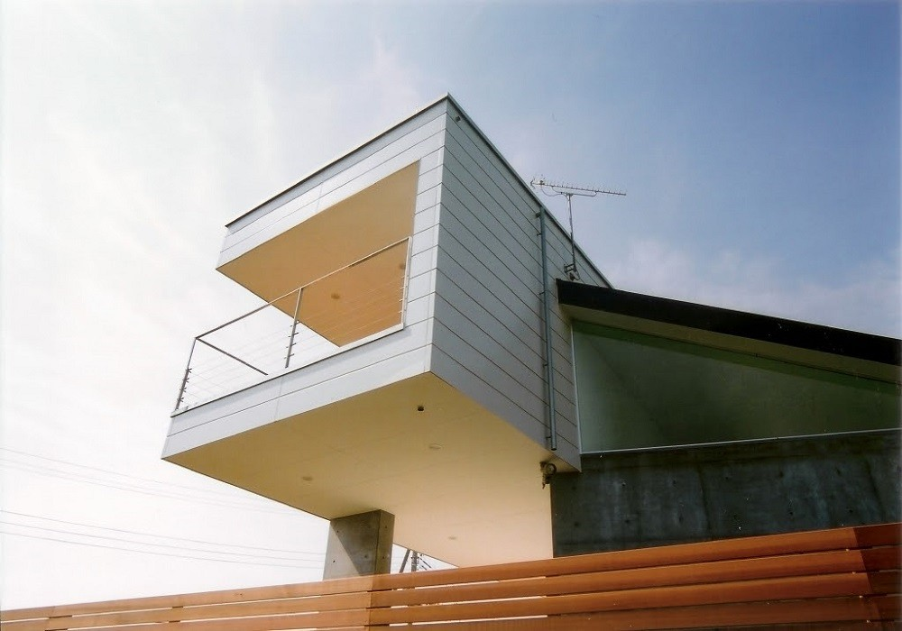 日立市S邸~全室から海を眺望できる別荘 (テラスが飛び出した個性的な外観)
