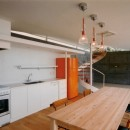 日立市S邸~全室から海を眺望できる別荘の写真 ダイニングキッチンからリビングを見る