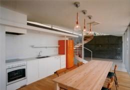 日立市S邸~全室から海を眺望できる別荘 (ダイニングキッチンからリビングを見る)