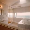 日立市S邸~全室から海を眺望できる別荘の写真 海に面したバスルーム