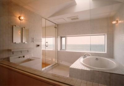 海に面したバスルーム (日立市S邸~全室から海を眺望できる別荘)