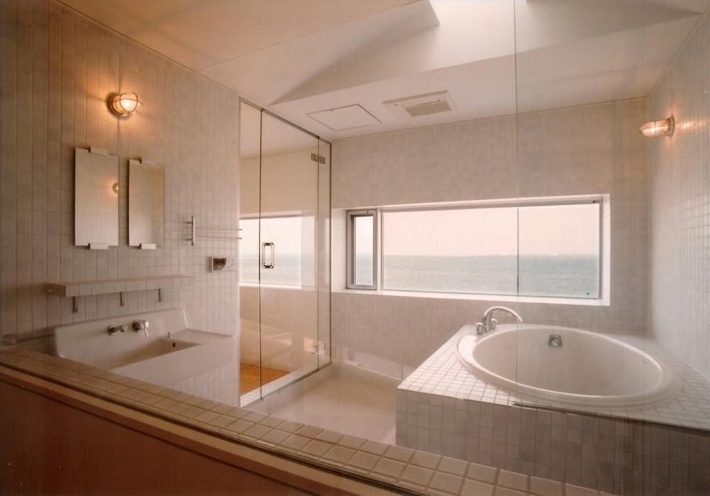 日立市S邸~全室から海を眺望できる別荘 (海に面したバスルーム)