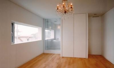 日立市S邸~全室から海を眺望できる別荘 (バスルームとつながったベッドルーム)
