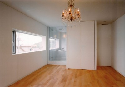 バスルームとつながったベッドルーム (日立市S邸~全室から海を眺望できる別荘)