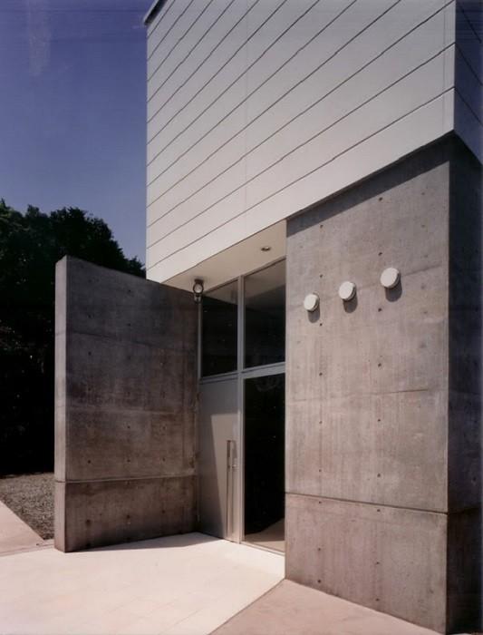日立市S邸~全室から海を眺望できる別荘 (コンクリート打放しのエントランス)