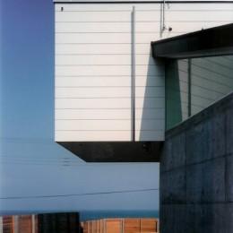 日立市S邸~全室から海を眺望できる別荘 (RC構造の壁から飛び出した2階テラス)