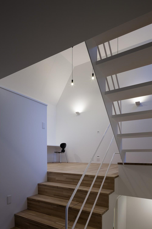 建物探訪で放送 目黒のスキップフロアの家 ハコノオウチ13 (スキップフロアのリビングへつながる大階段)