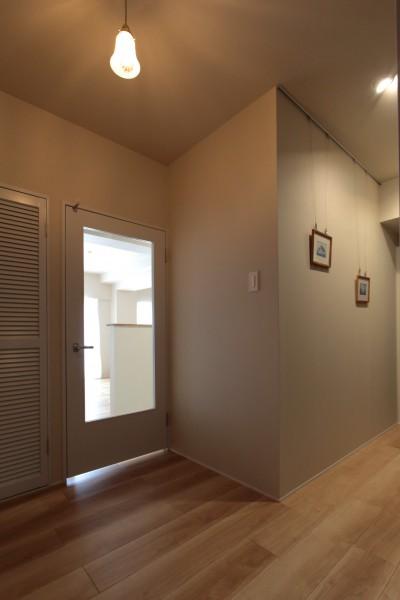 玄関~ギャラリースペース (自分らしい暮らしを形にした中古マンションリノベーション)