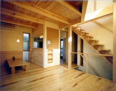RC地下駐車場の上に産直木材三層の家/Maさんの家 (杉のむく板腰壁のあるリビング・ダイニング)