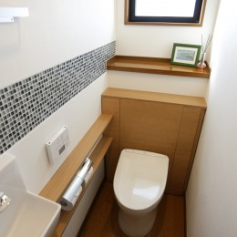 ガラスモザイクタイルのラインが入ったトイレリノベーション (トイレ)