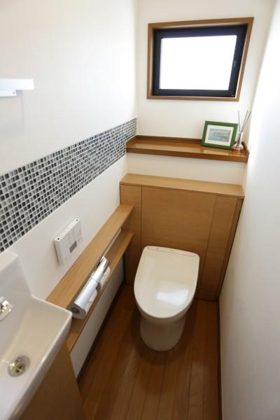 トイレ (ガラスモザイクタイルのラインが入ったトイレリノベーション)