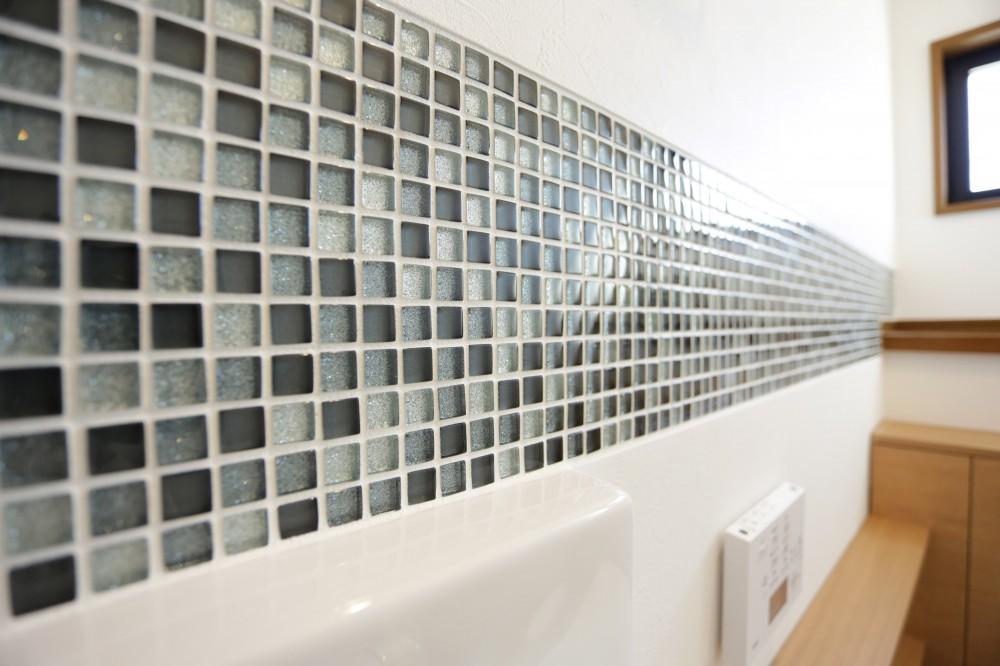 ガラスモザイクタイルのラインが入ったトイレリノベーション (ガラスモザイクタイル)
