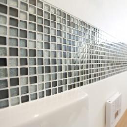 ガラスモザイクタイルのラインが入ったトイレリノベーション
