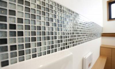 ガラスモザイクタイル|ガラスモザイクタイルのラインが入ったトイレリノベーション