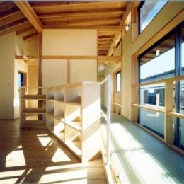 RC地下駐車場の上に産直木材三層の家/Maさんの家 (吹き抜けに透明グレーチングを持つ2階子供部屋)