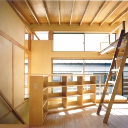 RC地下駐車場の上に産直木材三層の家/Maさんの家 (ロフトを持つ2階子供部屋)