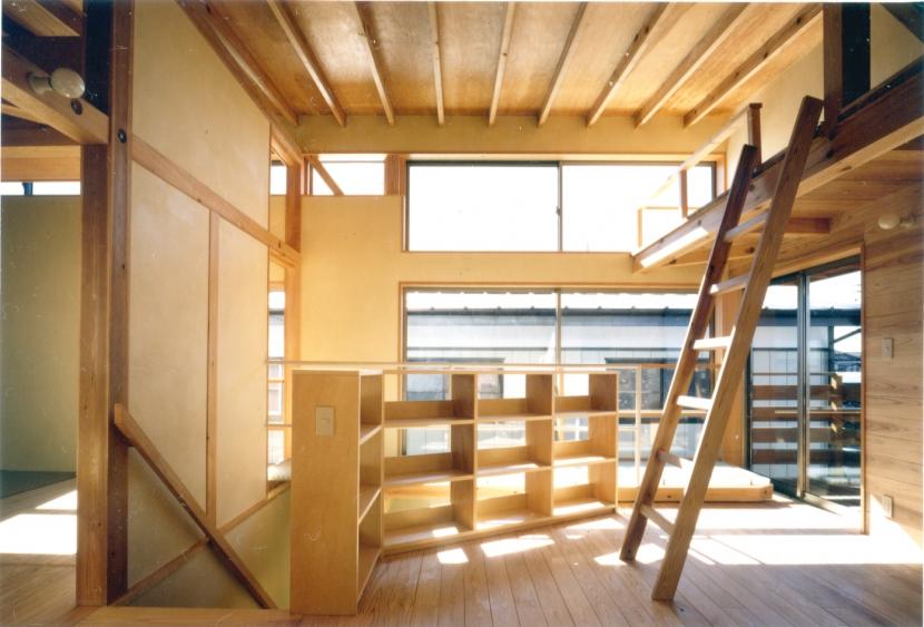 RC地下駐車場の上に産直木材三層の家/Maさんの家の写真 ロフトを持つ2階子供部屋