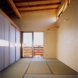 RC地下駐車場の上に産直木材三層の家/Maさんの家 (ハイサイドライトのある畳敷き寝室)