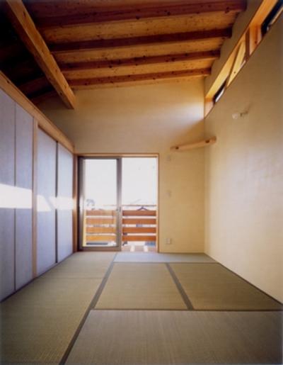 ハイサイドライトのある畳敷き寝室 (RC地下駐車場の上に産直木材三層の家/Maさんの家)