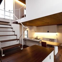 n house (躍場から見るキッチン)