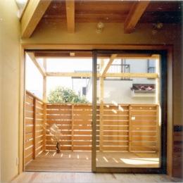 RC地下駐車場の上に産直木材三層の家/Maさんの家 (バルコニーと一体化したリビング・ダイニング)