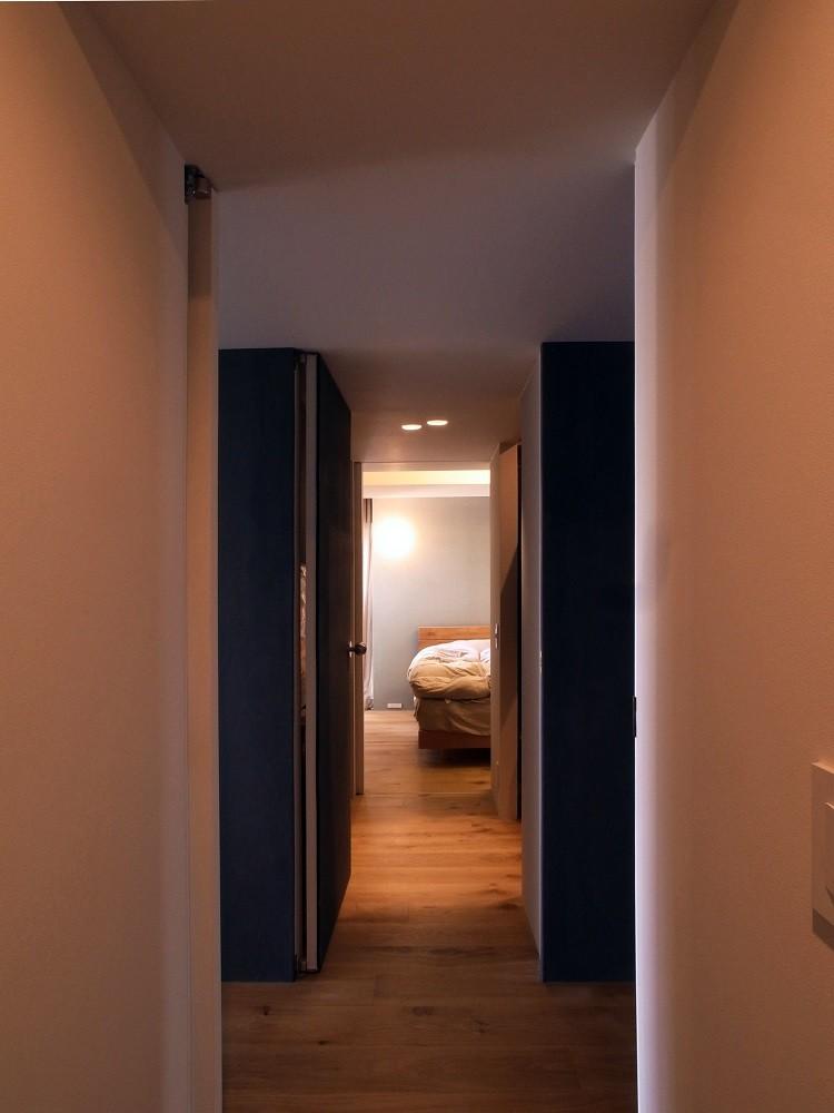 ita house (廊下からベッドルームを見る)