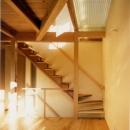 RC地下駐車場の上に産直木材三層の家/Maさんの家の写真 リビング階段と吹き抜けにFRPグレーチングのブリッジを持つリビング・ダイニング