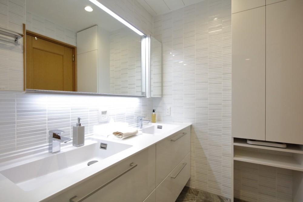 ホワイトを基調としたバスルーム (洗面室 ダブルボウル)