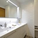 ホワイトを基調としたバスルームの写真 洗面室 ダブルボウル