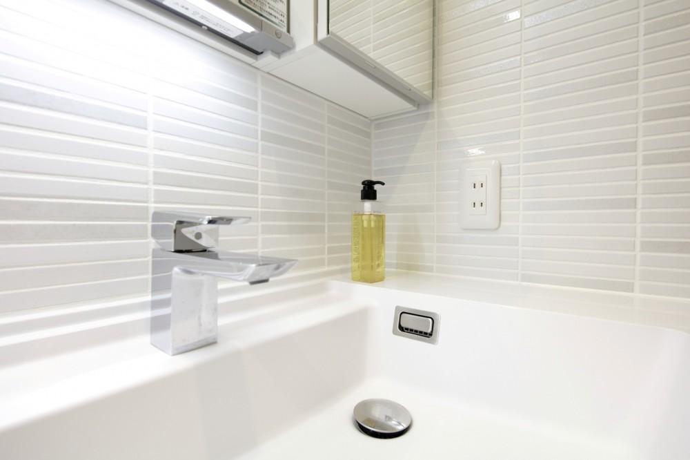 ホワイトを基調としたバスルーム (洗面室 タイル)