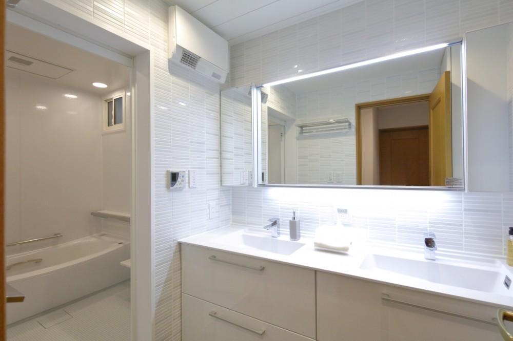 ホワイトを基調としたバスルーム (バス/洗面室)