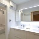 ホワイトを基調としたバスルームの写真 バス/洗面室