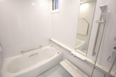 ホワイトを基調としたバスルーム (バスルーム)