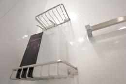 ホワイトを基調としたバスルーム (バスルーム かべ)