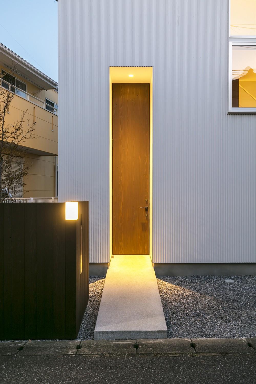 『やはぎの家』借景を楽しめるいろいろな居場所がみつかる家 (玄関)