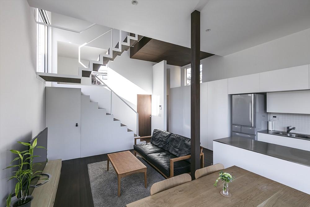 『やはぎの家』借景を楽しめるいろいろな居場所がみつかる家 (1階広間)