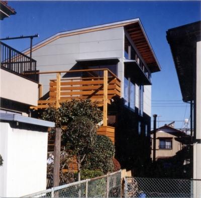 RC地下駐車場の上に産直木材三層の家/Maさんの家 (2層の木製バルコニーを持つ西面外観)