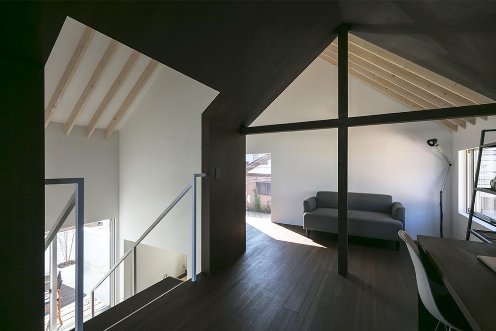 書斎事例:2階広間(『やはぎの家』借景を楽しめるいろいろな居場所がみつかる家)