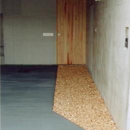 RC地下駐車場の上に産直木材三層の家/Maさんの家 (杉のチップを敷いた駐車場)